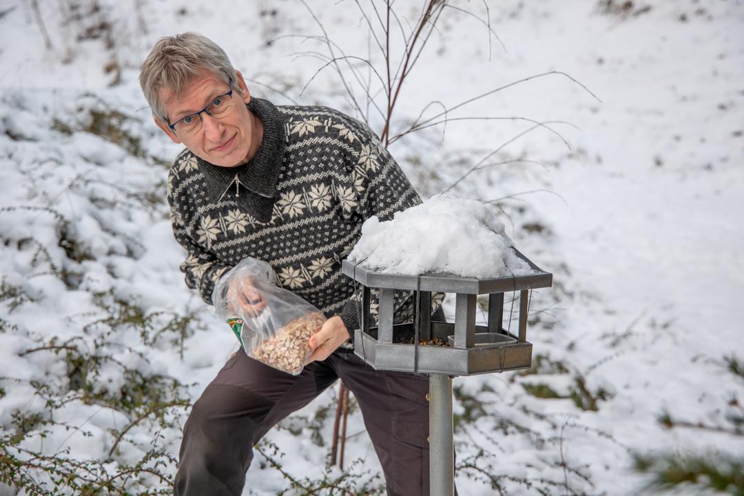 Foto 1 pressemeddelelse Økolariet 5.2.21_naturvejlderen fodre fugle.jpg