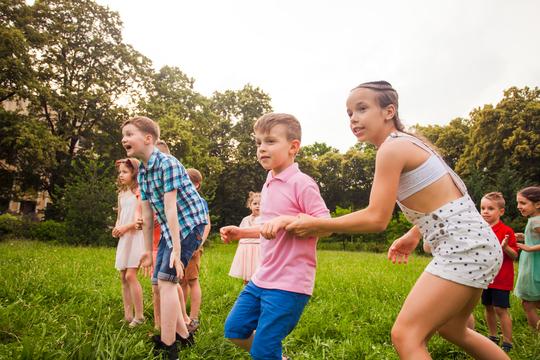 Børn i bevægelse udenfor.jpg