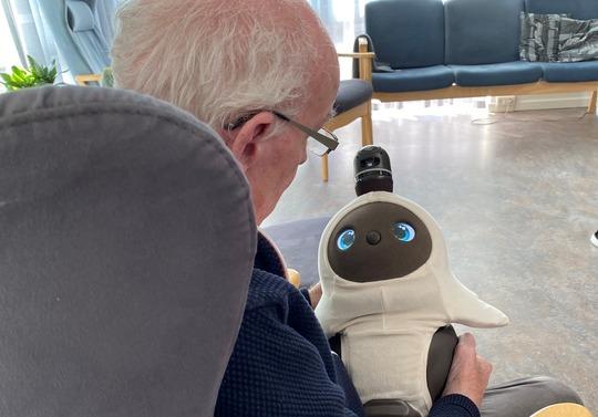 Beboer på Mou Plejecenter med den sociale robot Hanne