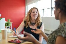 To kvinder i samtale om job
