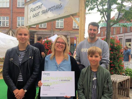 Anja Hedemann og familie fra Knudby modtager førstepræmien på 10.000 kr.