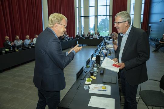 Der var smil og opbakning fra hele byrådssalen, da Per Møller Jensen fik overrakt det synlige bevis på, at han nu er Ridder af Dannebrogorden. Foto: Flemming Jeppesen, Fokus Foto.