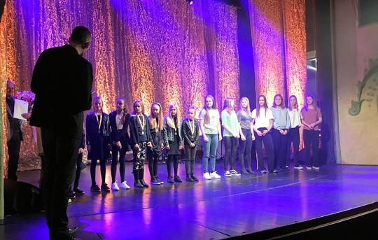 Mere end 100 unge sportsmestre blev hyldet på Viborg Teaters scene. Her ses mestre fra Viborg Gymnastik-Forening. / Foto: Viborg Idrætsråd