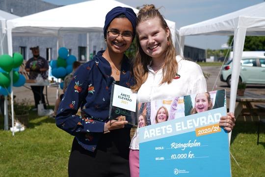 To elevrådsmedlemmer fra Risingskolen med prisen som Årets elevråd