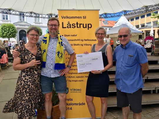 Morten Nielsen, med tørklædet fra den lokale fodboldklub, modtog 1. præmien sammen med øvrige repræsentanter fra Låstrup og Nr. Rind. på Hjultorvet.
