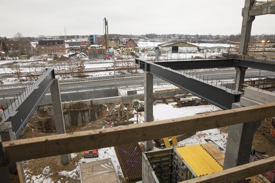 Hærvejsbroen, der skyder op i løbet af 2018, bliver bygget sammen med Midtbyens Gymnasium. Foto: Flemming Jeppesen.