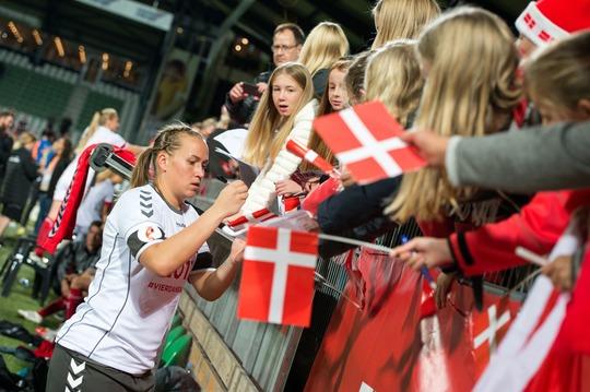 Målmand Stina Lykke Petersen og de øvrige EM-sølvvindere giver efter kampen den 9. april autografer til publikum ved banderne på Energi Viborg Arena / Foto fra EM-kval-kampen Danmark-Sverige, 20. sep. 2016: Jesper Maagaard
