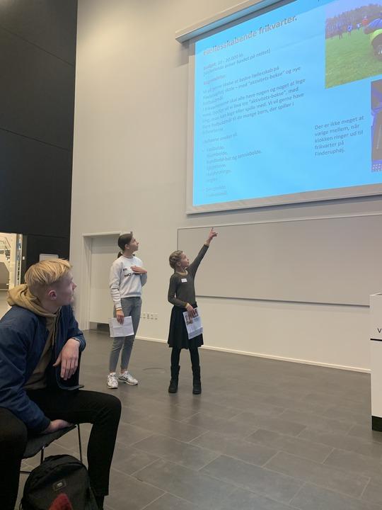 Repræsentanter fra Finderuphøj Skole fortæller om deres ønsker til Byrådsdag for elevråd. Foto Vivi Sjøner