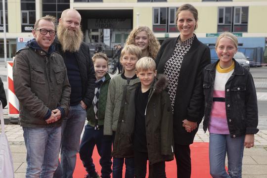 Musiker Morten Remar kom til  premieren med familie og naboer. Foto Flemming Jeppesen.