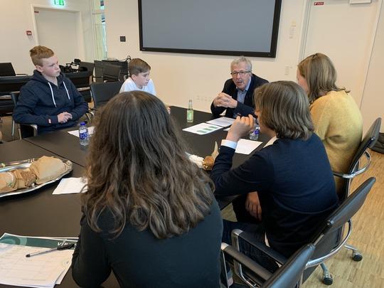 Per Møller Jensen sad for bordenden ved hovedøkonomiudvalgets møde til Byrådsdag for elevråd. Foto Vivi Sjøner