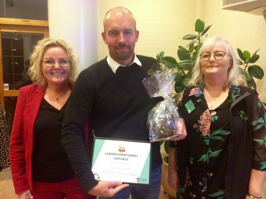 Vinderen af Ildsjæleprisen Jeppe Hartz omgivet af formand for Landdistriktsudvalget, Mette Nielsen og formand for VibLand, Lone Kastberg.