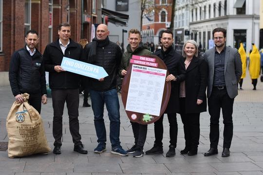 Udsnit af partnere der har doneret præmier sammen med formand Peter Rahbæk Juel