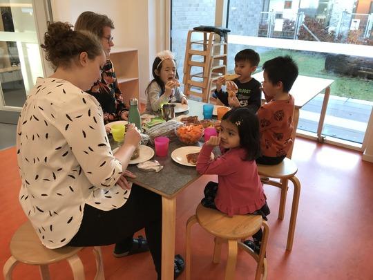 Marlieke Armose Degen og Dorte Sørensen i en hyggelig spisepause den første dag i den internationale børnehave.