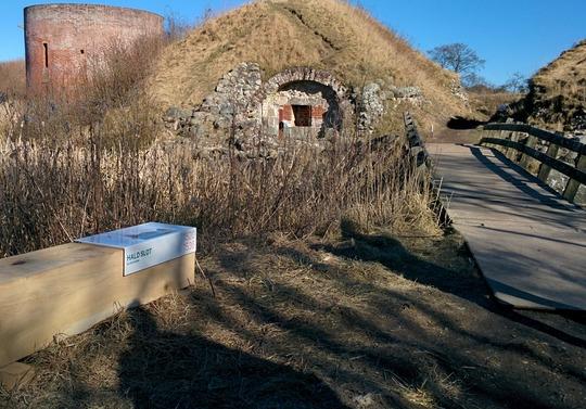De fem Halder byder på nogle af Danmarks mest spændende voldsteder med borge, ruiner, belejringsanlæg og herregårde, der tilsammen fortæller om 800 års Danmarkshistorie. Et stort projekt skal gøre historien mere levende. Nye skilte i området fortæller om projektet.